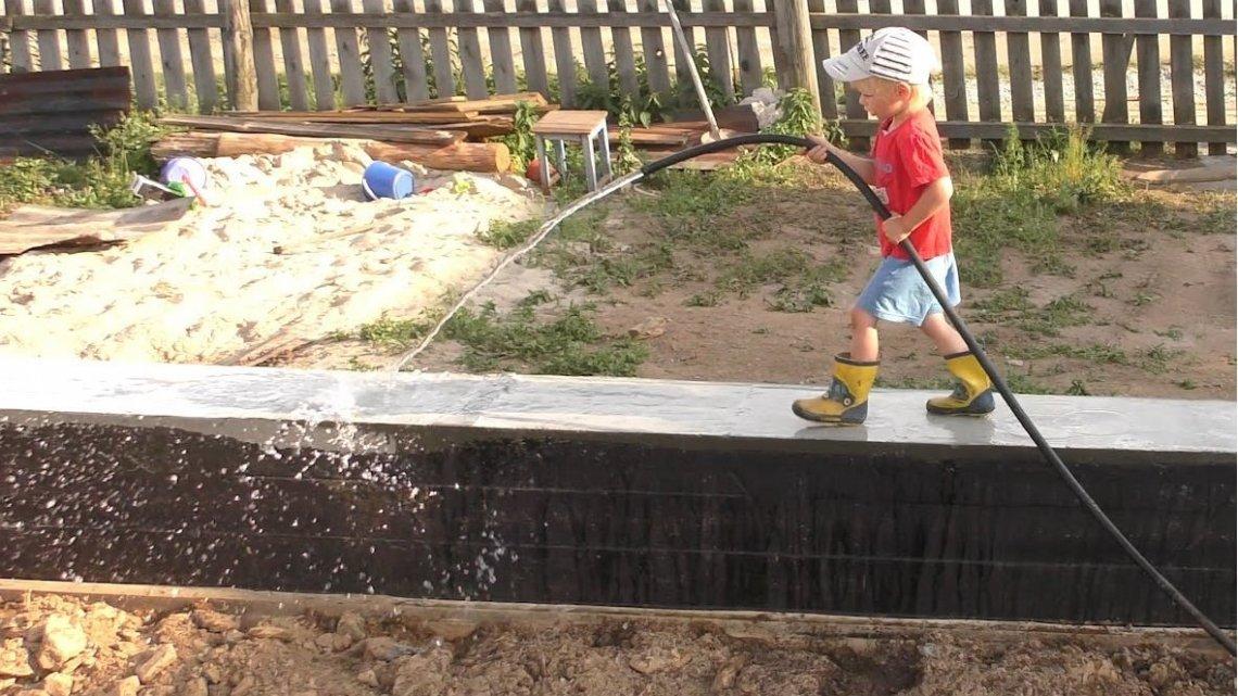 Уход за фундаментом после заливки и его горизонтальгная гидроизоляция