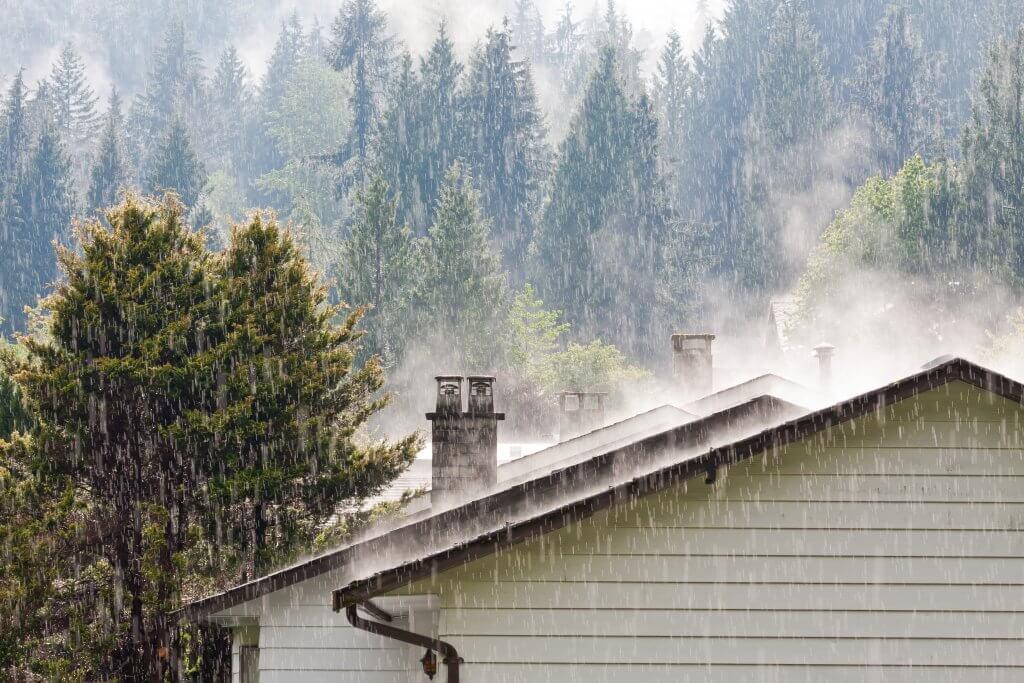 двускатная крыша под дождем