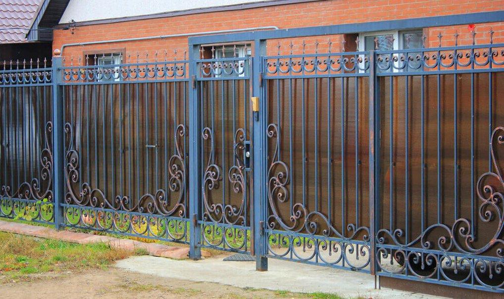 забор из металла и поликарбоната