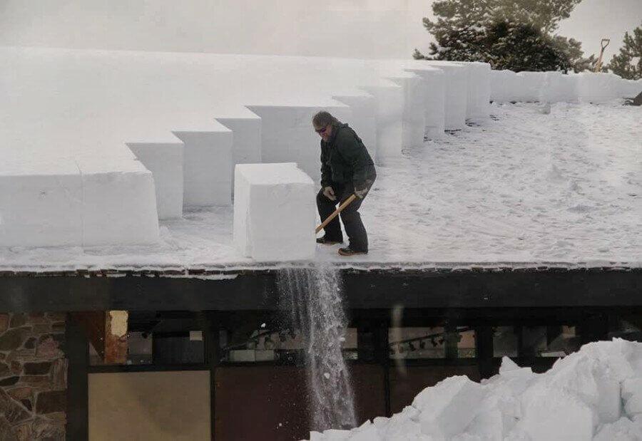 снег на односкатной крыше