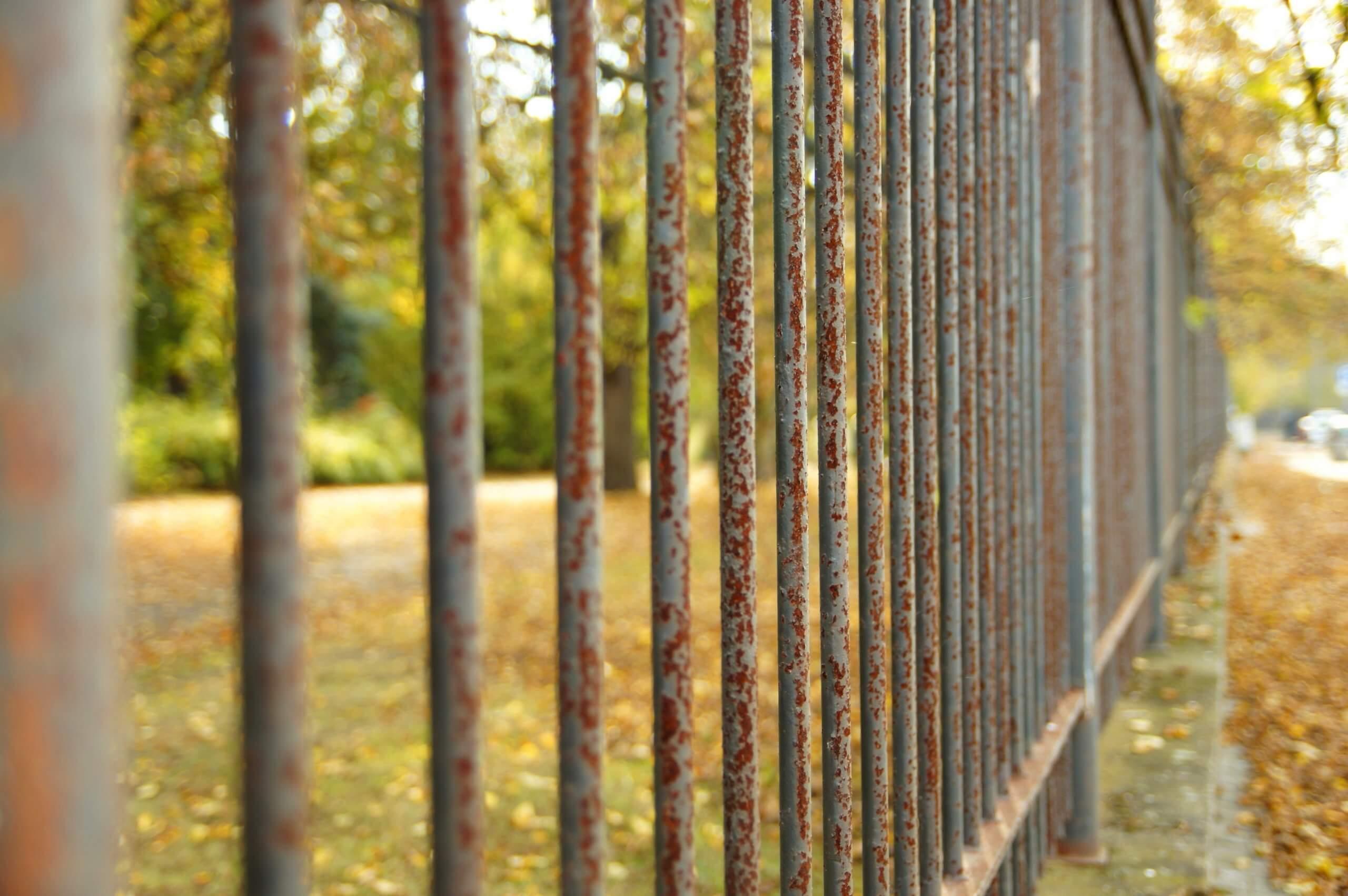 коррозия на заборе
