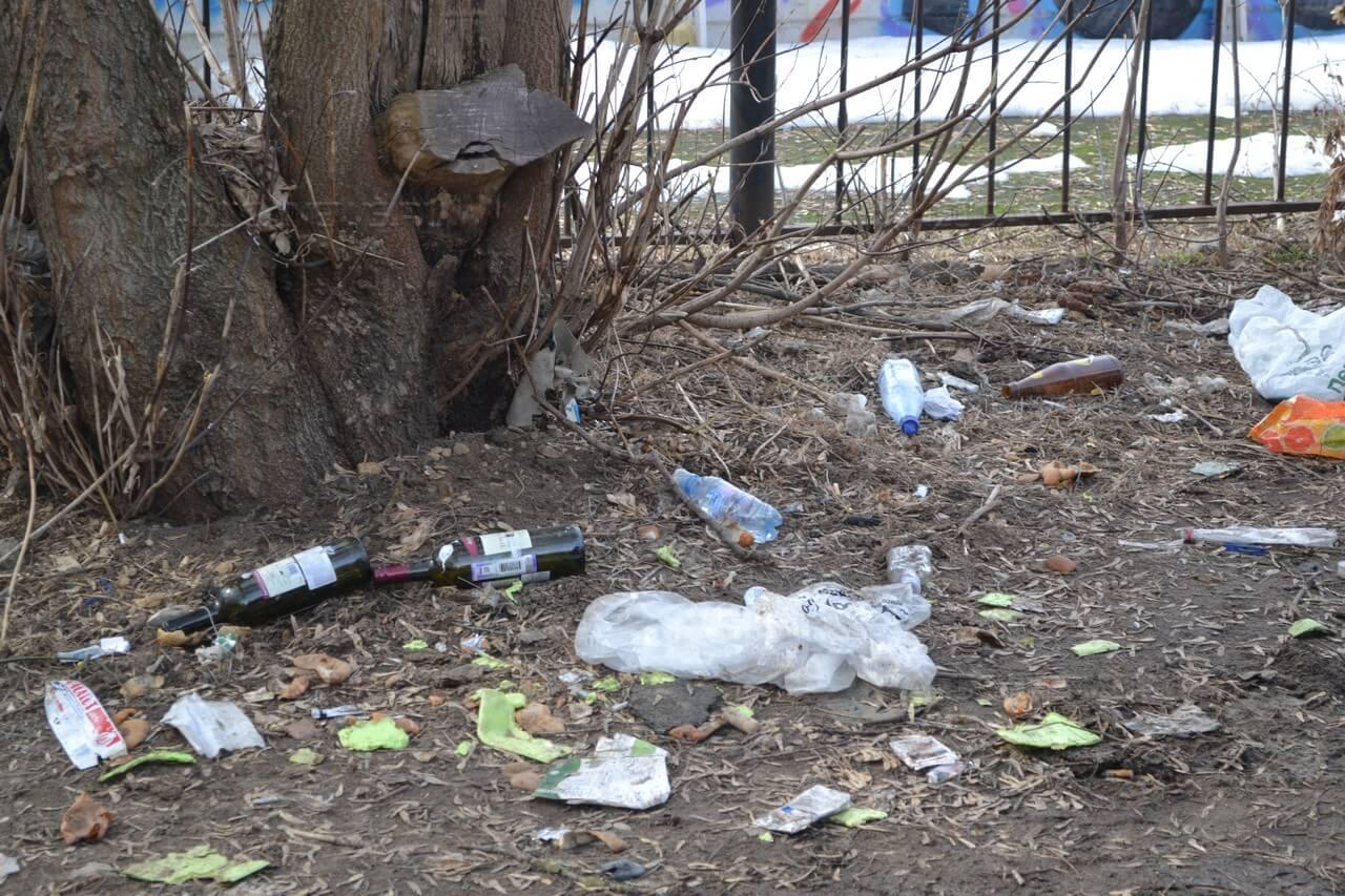 сварной забор и мусор