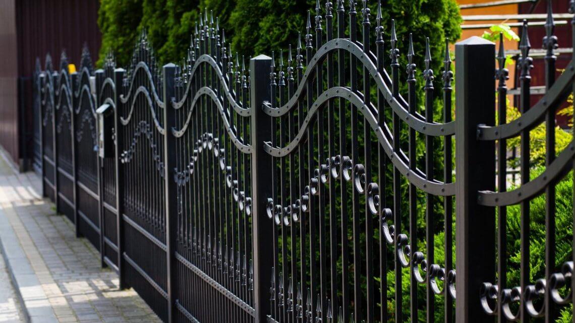Металлический забор, его плюсы и минусы. Обзор видов металлических заборов.